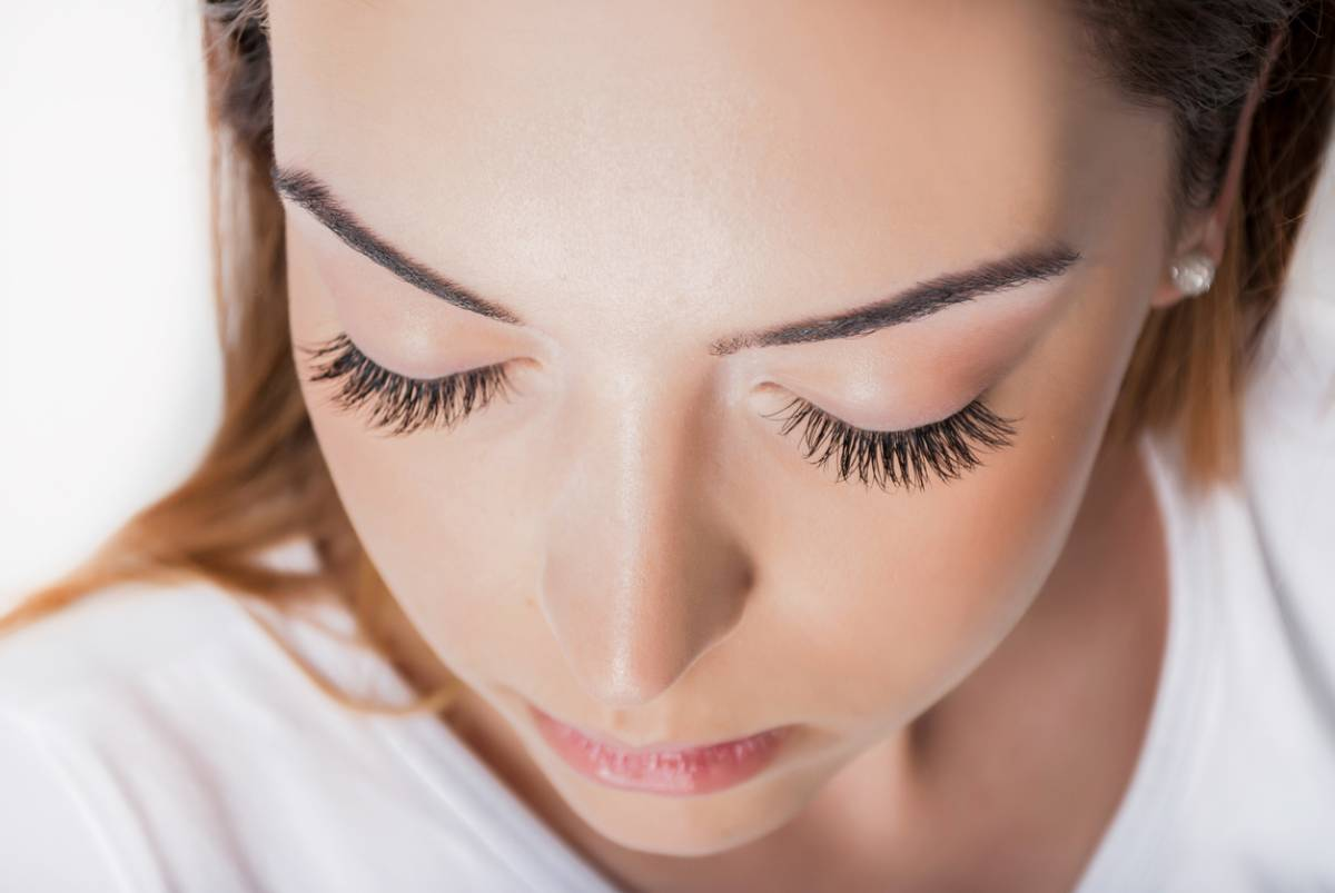 Woman with beautiful eyelids, having addressed the risk factors of drooping eyelids.